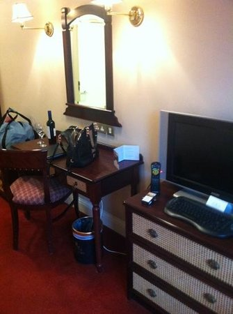 Kilkenny River Court Hotel: tv and dressing area