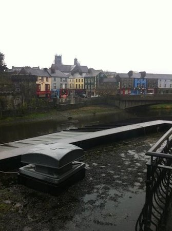 Kilkenny River Court Hotel: view to the right. in the heart of the town!