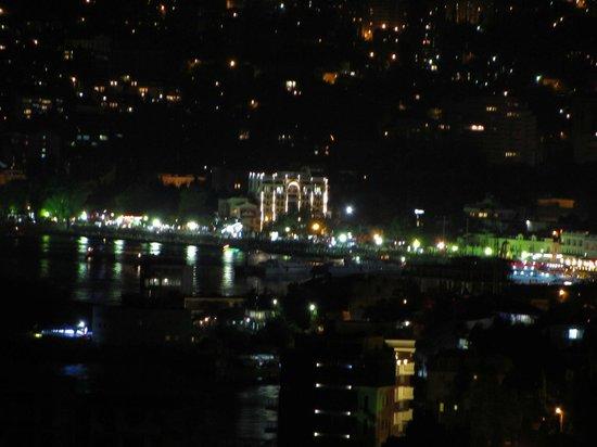 Yalta Intourist Hotel :                   Вид ночной Ялты с балкона нашего номера