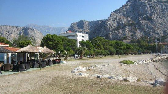 Hotel Plaza Omis:                   Hotel vom Strand aus