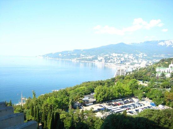 Yalta Intourist Hotel:                   Вид с нашего номера на город