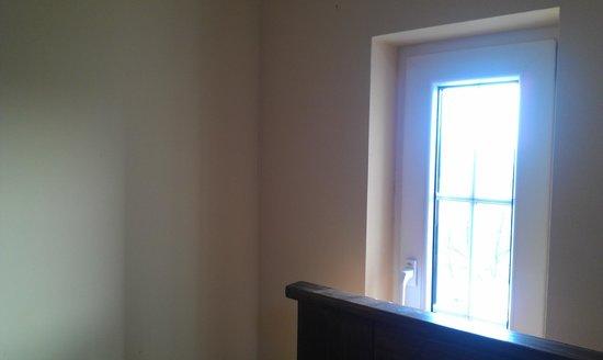 Bastion Apartments:                   Luce che entra in camera alle 7.30 di mattina da una delle finestre accanto al