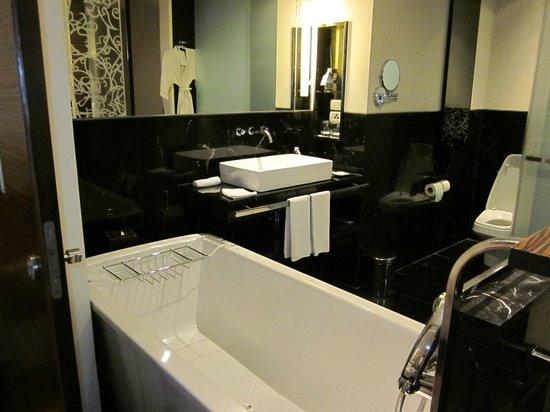 Le Meridien Bangkok:                   BATH ROOM
