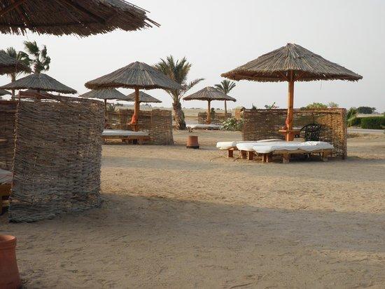 Sheraton Hurghada Hotel :                   plage avec beaucoup de lit à disposition