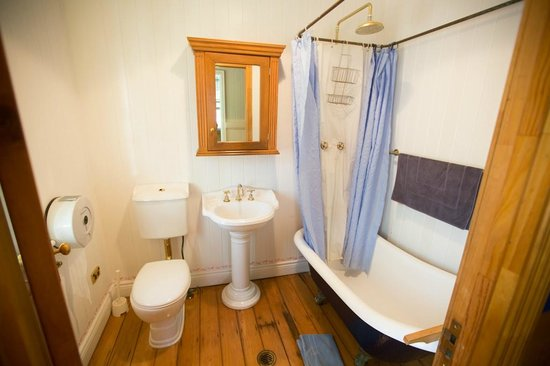 Minto Colonial Hostel: shared bathroom