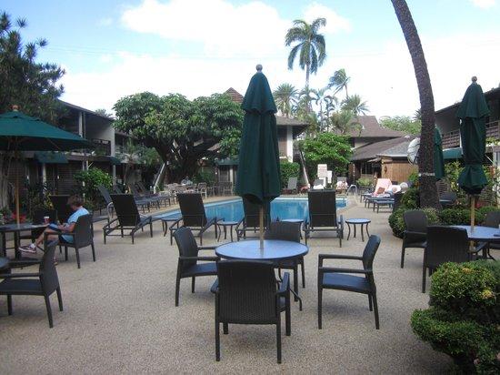 Breakers Hotel:                   フロントからプール方向の眺め
