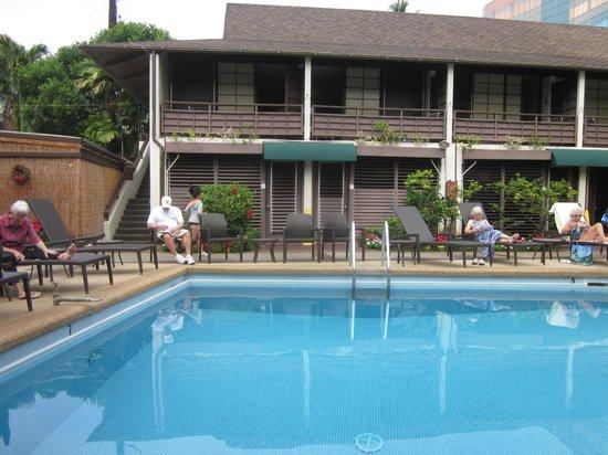 Breakers Hotel:                   和さびビストロ付近の客室をプール越しに見た眺め