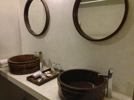 Frangipani Fine Arts Hotel:                   A typical bathroom
