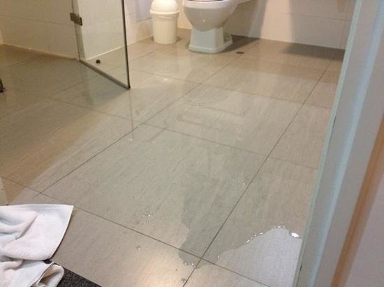 Wyndham Costa Del Sol Lima Airport: flooded bathroom, but a nice bathroom!