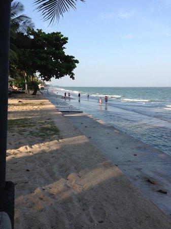 Asara Villa & Suite:                   干潮時には砂浜に下りられます                 