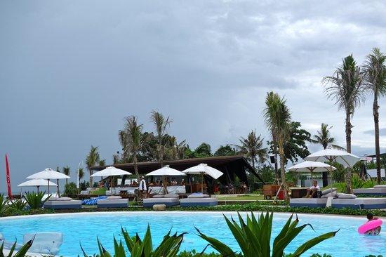 Komune Resort, Keramas Beach Bali:                   pool and indoor dining area