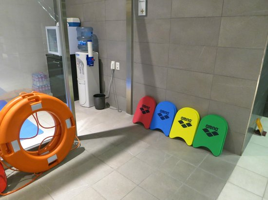 Lotte City Hotel Mapo:                   Pool has kickboards, water, and water bottles