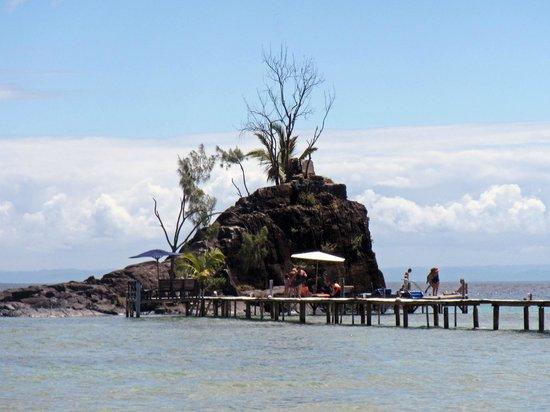 Hotel Libertalia:                   Op het eilandje kun je zonnen