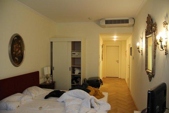 Hotel Royal:                   Camera                 