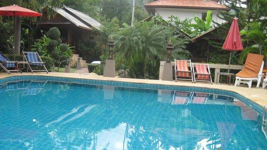 Baan Sukreep - Zen Garden Cottages:                   вид из басссейна на бунгало