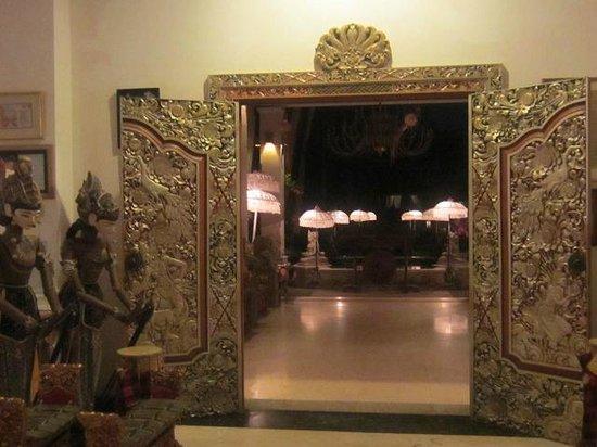 The Mansion Resort Hotel & Spa:                   夜は傘からの灯りが幻想的