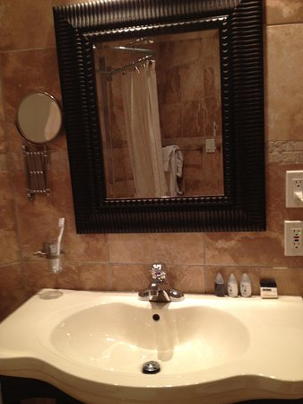 Hotel Kutuma:                   coin miroir lavabo
