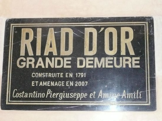 Riad d'Or:                   PLAQUE A L'ENTREE