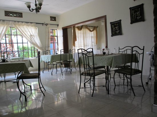 Golf Hills Residence:                   Cosy dining room (5 tables)
