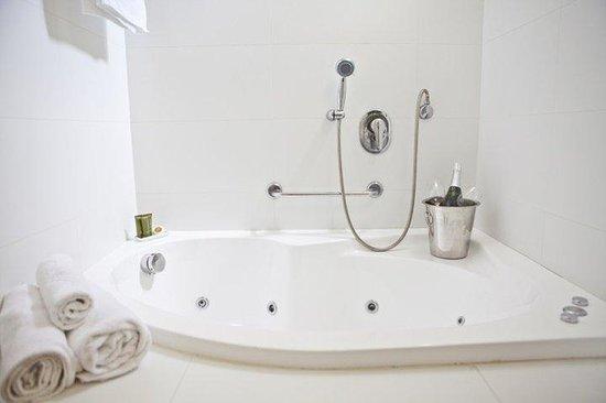 Q Hotel: Bath