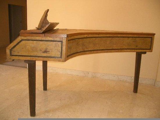 Museo Civico Belliniano:                   Pianoforte di Vincenzo Tobia Bellini 1700