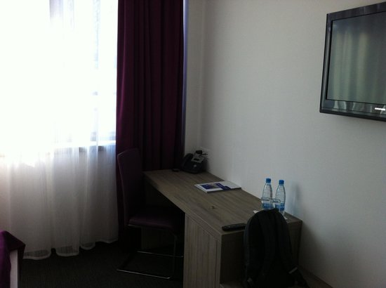 Hotel Meksiko: desk in room