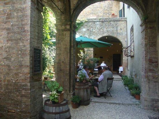 Ristorante degli Archi:                   interno cortile dove mangiare