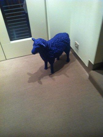 Hotel Greif: Pecora blu davanti all'ingresso delle sala colazioni