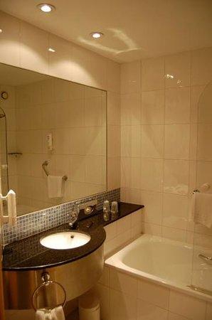 Holiday Inn Express Madrid-Alcorcon:                   バスルーム。においも気にならない。