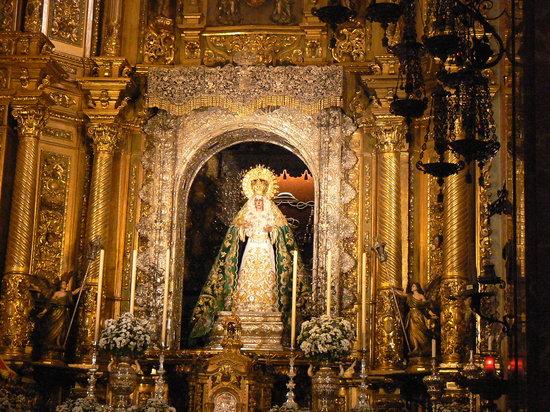 Basilica de la Macarena: Altare Maggiore e statua della Madonna