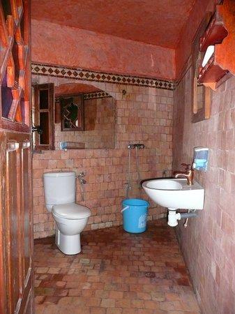 Riad Hiba Meknes:                   Vue sur la douche (cf seau bleu)