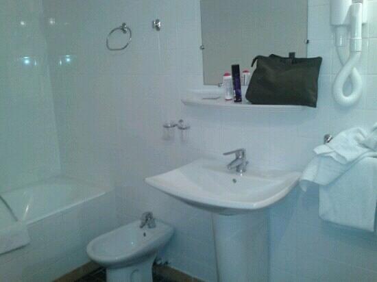 Hotel Camelia International:                   salle de bain chambre 42