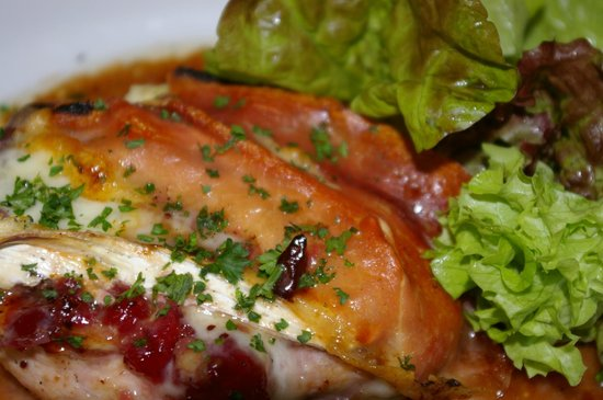Carpenters Arms: Scrummy roast chicken stuffed with Brie and cranberrires