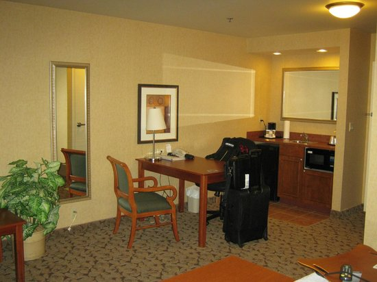 Hampton Inn And Suites Montreal : desk area