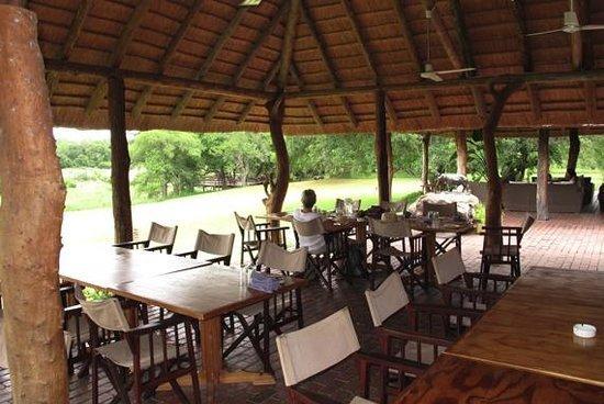 Inyati Game Lodge: Überdachte Terrasse für Frühstück und Brunch