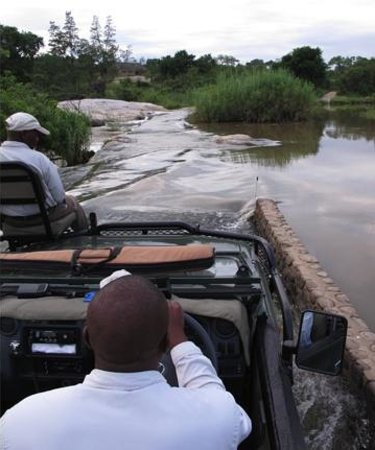 Inyati Game Lodge: Pete steuert den Jeep durch den Sand River