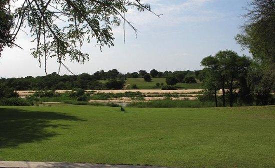 Inyati Game Lodge, Sabi Sand Reserve: Aussicht von Pool, Terrasse und einigen Zimmern Richtung Fluss