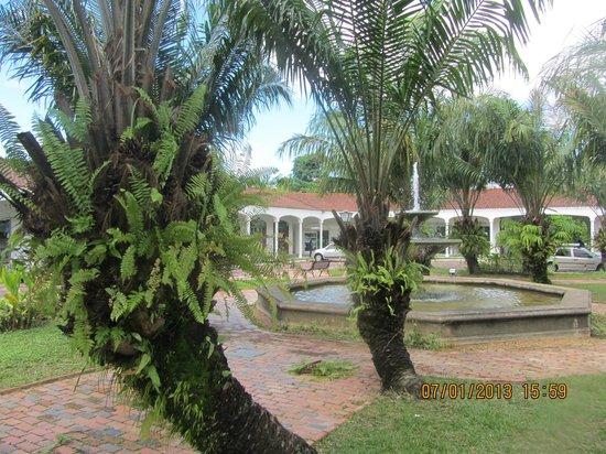 Tropical Manaus Ecoresort: die kleine Gartenanlage, umgeben von der Shopping-Arcade