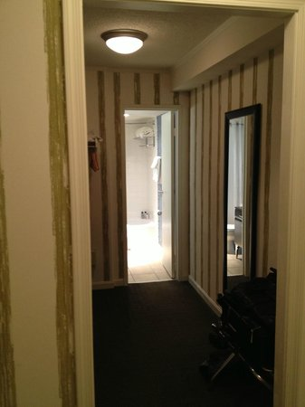 Kimpton Topaz Hotel: walk-in-closet w/safe and bathroom in the back