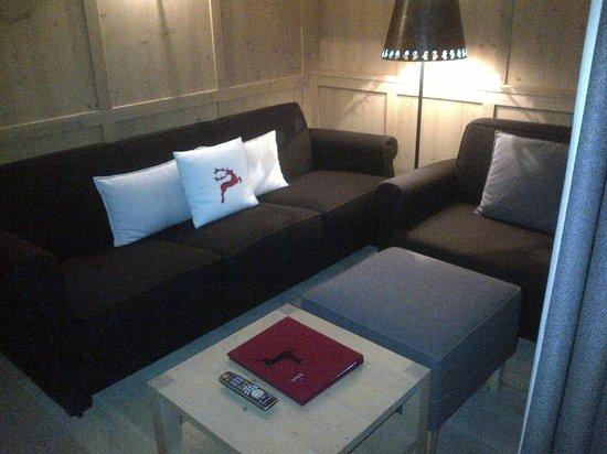 Zin Senfter Residence: salottino tv nell'appartamento