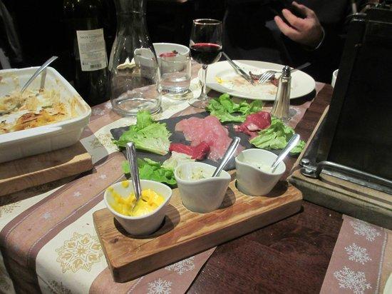 L'Elan :                   Tilbehør til grillaften, 3 kolde sauce + flødestuvede kartofler