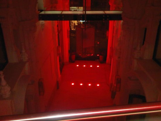 Buddha-Bar Hotel Budapest Klotild Palace: hotel hall to buddha bar lounge restaurant