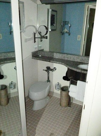 Club Quarters Hotel in Washington, D.C.: CQ Room pic 3 (bathroom)