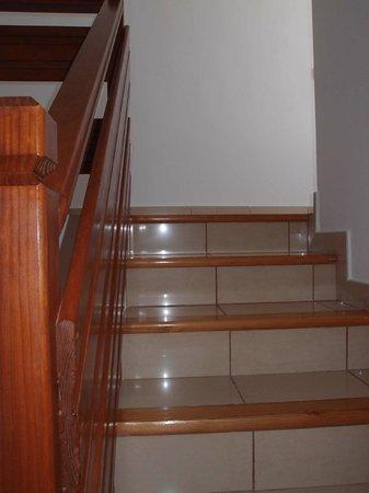 Evita Beach Aptos y Suites Exclusivas: 2 hab. escaleras a la planta superior