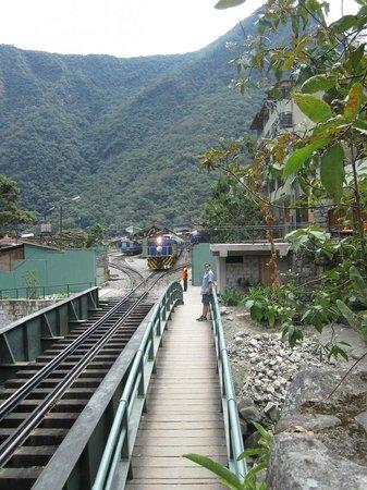 Inkaterra Machu Picchu Pueblo Hotel: Bridge from the hotel into town