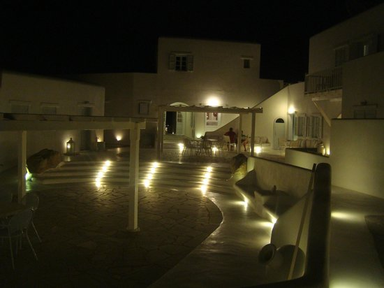 Mykonos Bay Hotel:                   Patio interno, a la noche