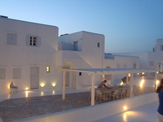 Mykonos Bay Hotel:                   Patio interno, al atardecer