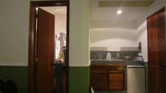 Hotel Quinto Sol:                   El baño y cocineta