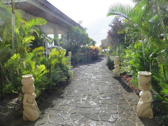 Hilton Mauritius Resort & Spa:                   Entrée vers le restaurant et la piscine