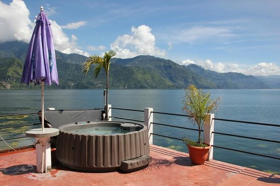 Mikaso Hotel Resto: Hot tub on the huge first floor terrace
